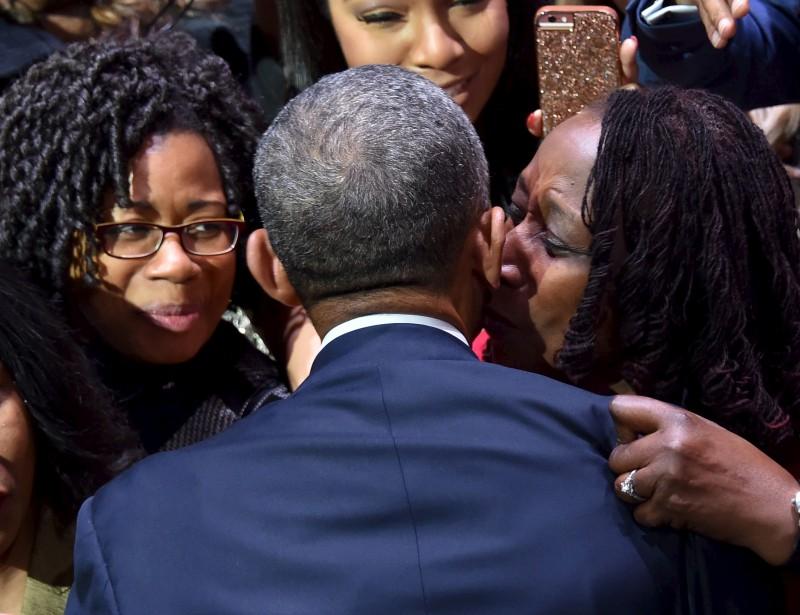 Des partisanes embrassent Barack Obama après son discours d'adieu à Chicago. (AFP)
