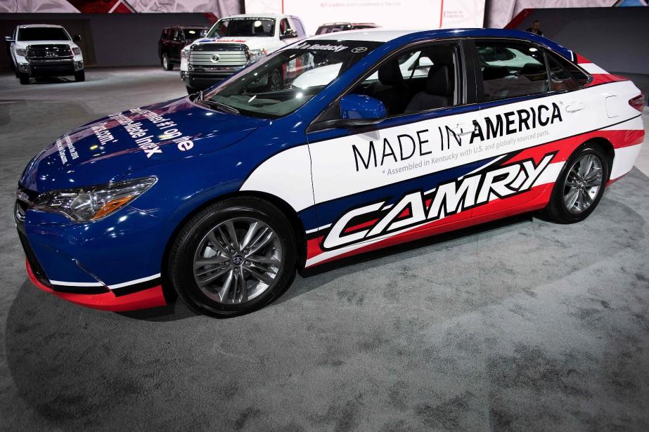 Cette Toyota Camry peinturlurée rouge-blanc-bleu envoie un message simple : Fabriquée aux États-Unis. Sous ce slogan, on peut lire : «Assemblée au Kentucky avec des pièces commandées aux USA et dans le monde». (AFP)