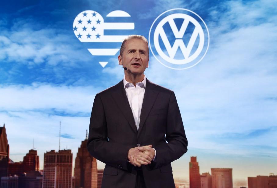 Herbert Diess, président du conseil de Volkswagen, s'adresse aux médias avec en arrière plan un message d'amour envers les États-Unis, sous forme de pictogramme. <br /><br /> (AP)