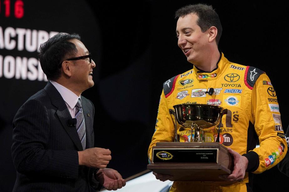 Akio Toyoda --qui a sa licence de pilote professionnel-- a fait appel au champion 2015 de la Sprint Cup Kyle Busch lors de sa conférence de presse lundi. (AFP)