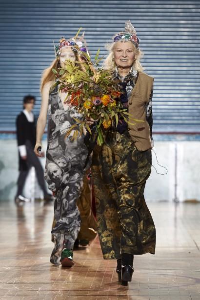 La designer britanniqueVivienne Westwood salue la foule après son défilé à la London Fashion Week.<br /><br /> (AFP)