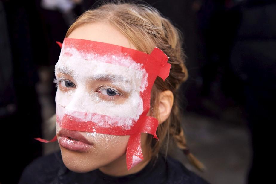 Un modèle féminin se préparare au défilé mixte deVivienne Westwood. (AFP)