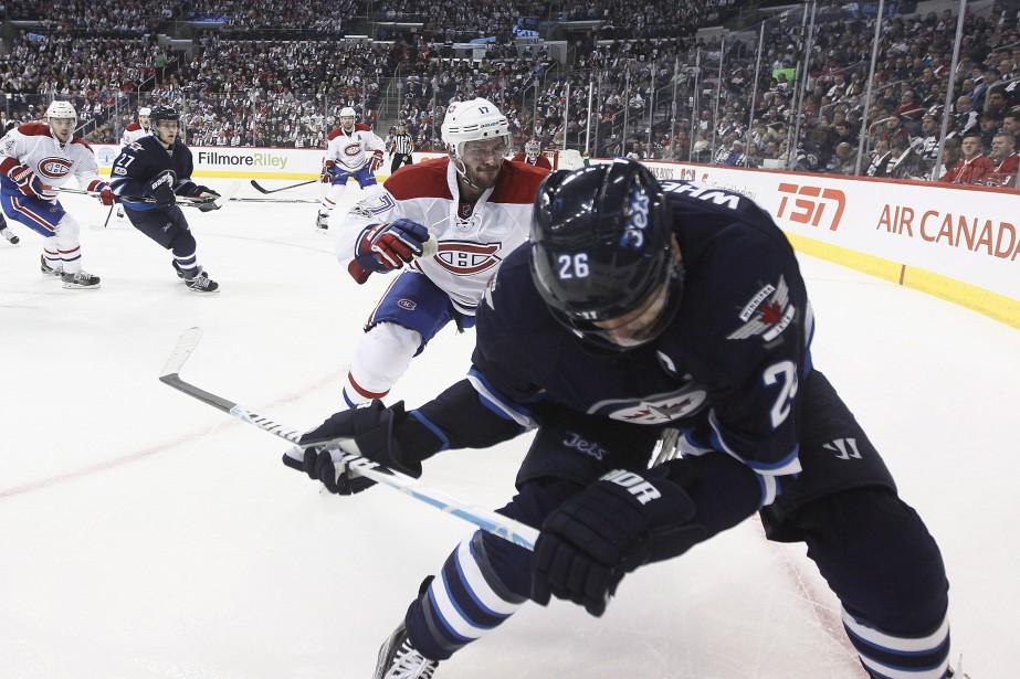 Torrey Mitchell se prépare pour mettre en échec le joueur des Jets Blake Wheeler. (Photo John Woods, La Presse canadienne)