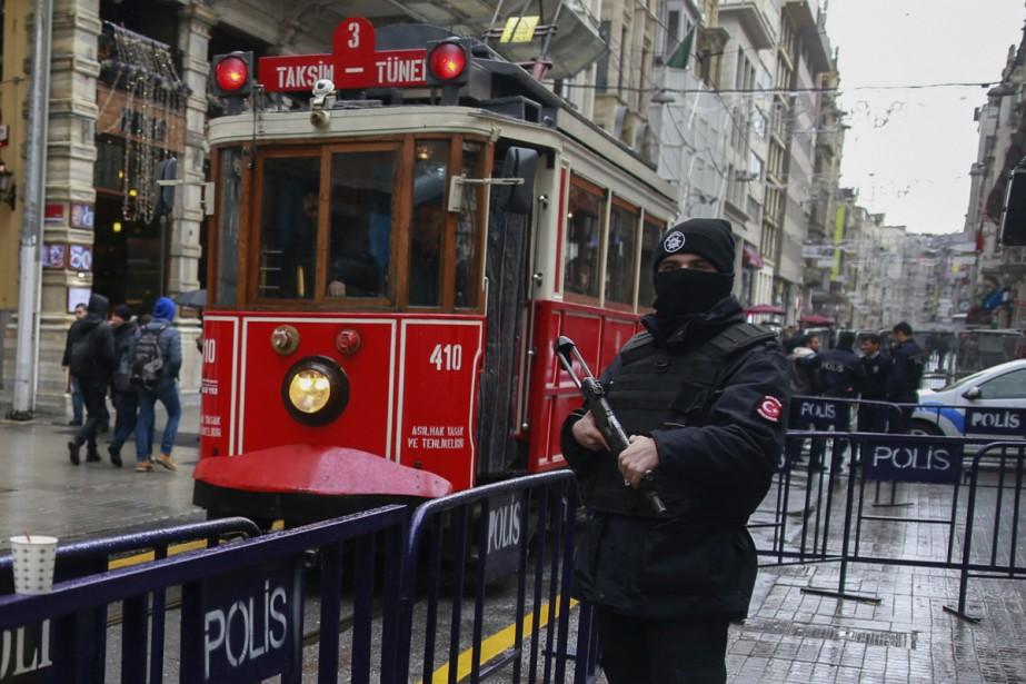 Dans les zones touristiques, des policiers lourdement armés... (PHOTO AP)