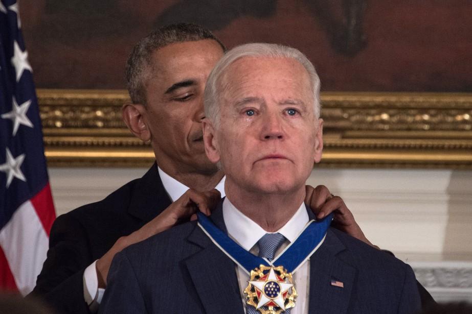 Barack Obama a remis à un Joe Biden... (PHOTO NICHOLAS KAMM, AFP)