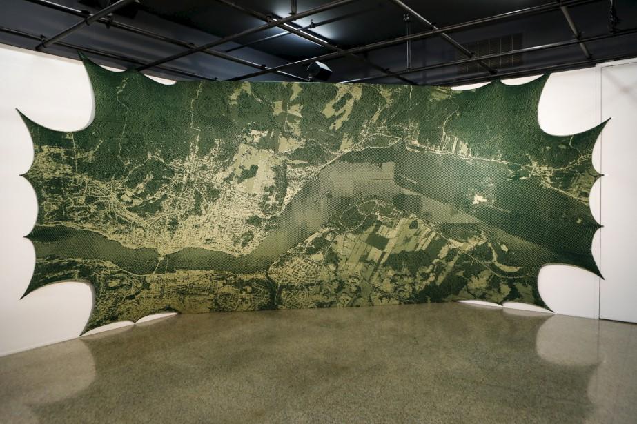 L'oeuvre <i>Saguenay</i> s'étale sur deux murs de la salle d'exposition. (Le Soleil, Caroline Grégoire)