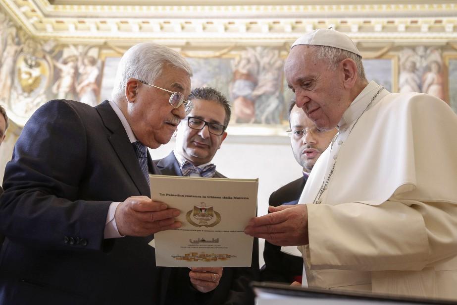 Le pape François et le président palestinien Mahmoud... (Photo Giuseppe Lami, REUTERS)