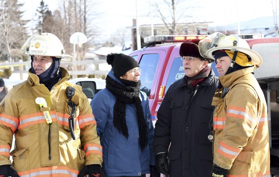 Le maire de Saguenay, Jean Tremblay, et la conseillère municipale Martine Gauthier se sont rendus sur les lieux de l'incendie et se sont faits rassurants. Les organismes qui logeaient au centre communautaire Saint-Marc seront relocalisés et l'immeuble sera reconstruit. - Photo Le Progrès-Dimanche, Rocket Lavoie (Photo Le Progrès-Dimanche, Rocket Lavoie)