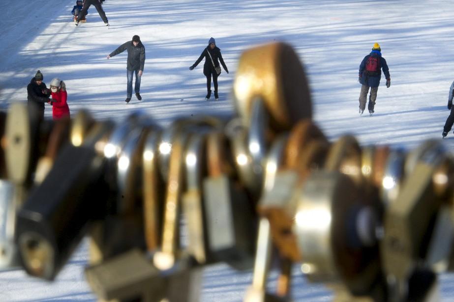 De nombreux cadenas sont laissés au froid par des amoureux sur la passerelle Corktown. | 15 janvier 2017