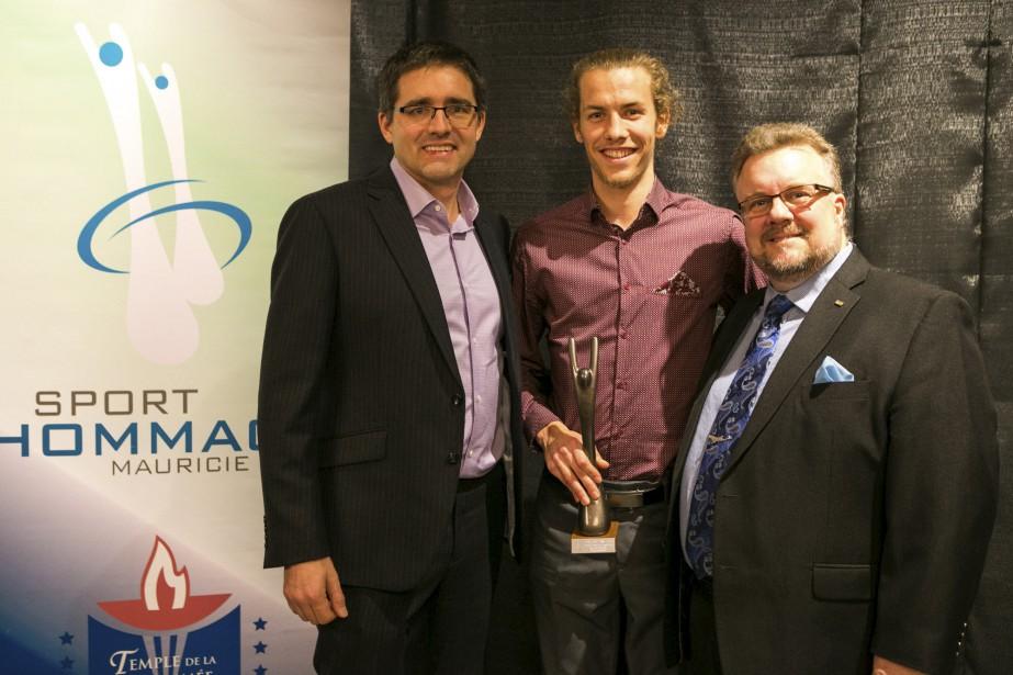Sean Cannon et Marc Lemire ont remis le prix pour l'athlète canadien masculin de l'année en sport individuel à Antoine Thibeault, coureur de fond au club Zénix. (Olivier Croteau)