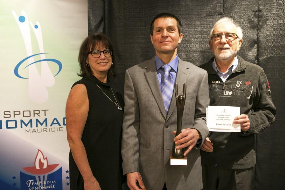 Le Latuquois Pierre Slusarek a obtenu le titre d'athlète par excellence de niveau senior. Il a reçu le prix des mains de Ginette Lapointe et Pierre Gosselin. (Olivier Croteau)