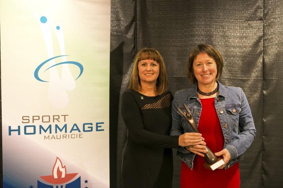 Nathalie Martel et son équipe du Club d'athlétisme Zénix ont obtenu le titre d'équipe bénévole par excellence. La conseillère municipale de Trois-Rivières Ginette Bellemare lui a remis ce prix. (Olivier Croteau)