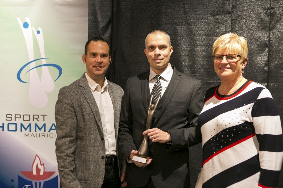 Les Estacades midget AAA sont l'équipe de l'année de niveau mineure grâce à leur titre de champions québécois de baseball. Ian St-Pierre a accepté le Desjardins des mains de Steve Turcotte et Micheline Guillemette. (Olivier Croteau)