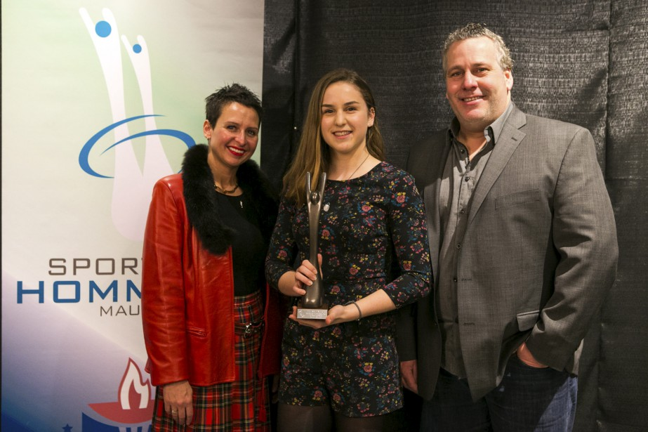 La sprinteuse Marie-Frédérique Poulin a obtenu la statuette pour l'athlète québécoise de l'année en sport individuel des mains de Jessica Ménard et Marc Despins. (Olivier Croteau)