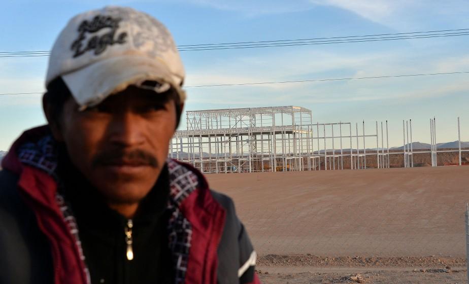 Un gardien de sécurité surveille l'usine inachevée de Ford à San Luis Potosi. (AFP)