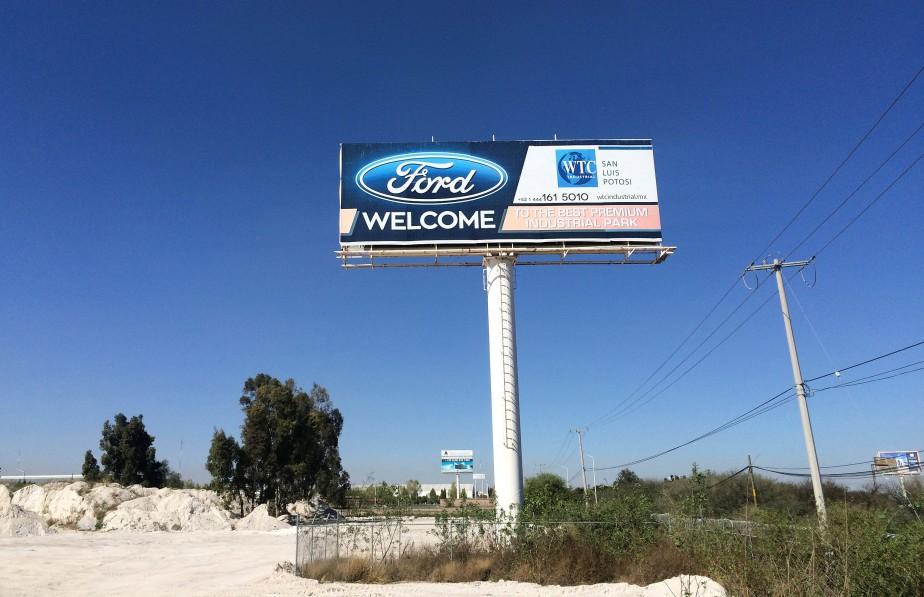 L'usine a été annulée mais un grand panneau-annonce continue de souhaiter la bienvenue à l'usine Ford. (REUTERS)