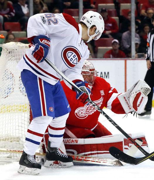 Artturi Lehkonen tente de voiler la vue du gardien des Red Wings Jared Coreau. (Photo Paul Sancya, AP)