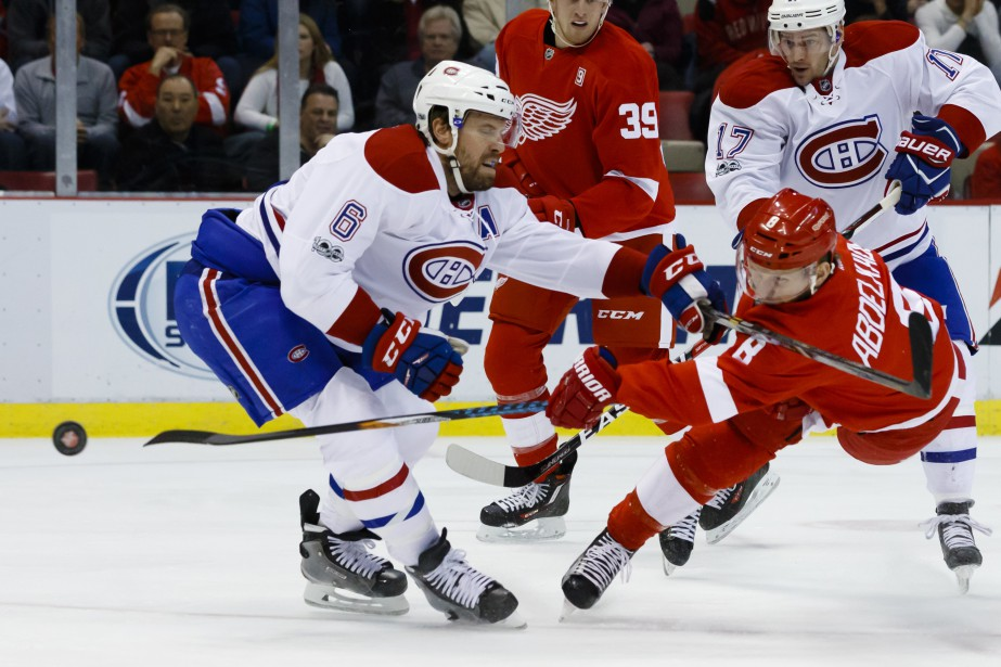 Justin Abdelkader (à droite) prend un tir au filet devant Shea Weber. (Photo Rick Osentoski, USA Today Sports)