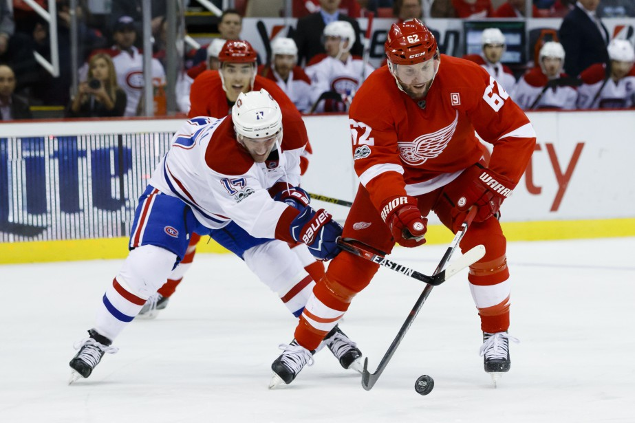 Torrey Mitchell et Thomas Vanek bataillent pour la possession de la rondelle. (Photo Rick Osentoski, USA Today Sports)