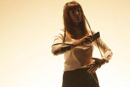 Dans la pièce Siri, la comédienne Laurence Dauphinais... (Photo Julie Artacho, fournie par la production)