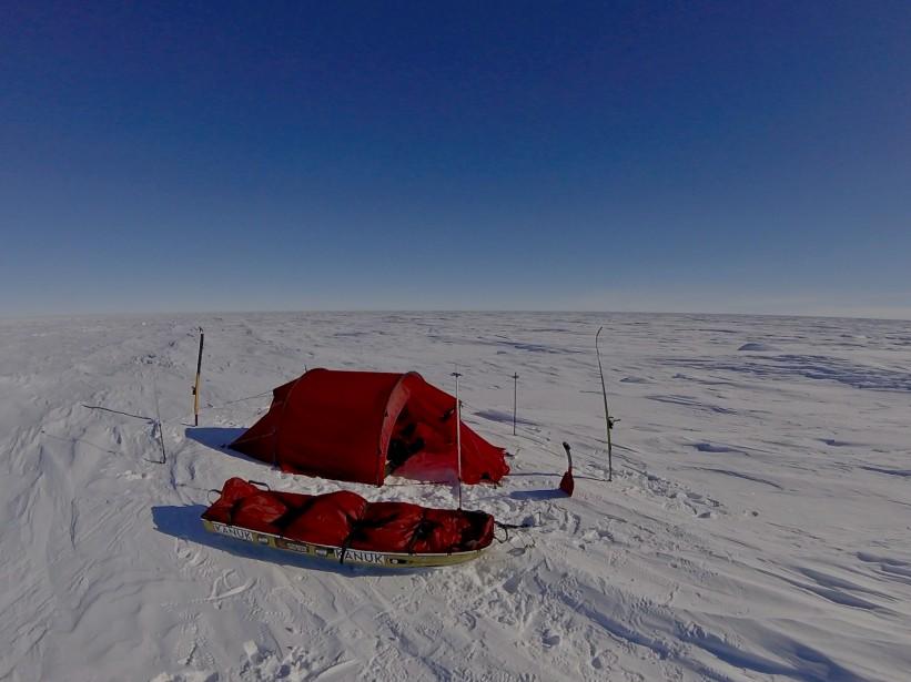 La précieuse tente rouge de l'explorateur (Sébastien Lapierre - polesud2016.com)