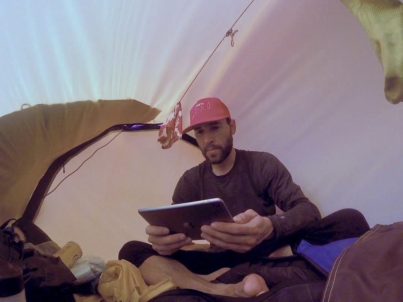 S'il a dû affronter des mercures sous les - 50 degrés Celsius avec le vent durant sa progression à skis, Sébastien Lapierre pouvait espérer un peu de répit le soir sous la tente. À l'intérieur de sa précieuse Hilleberg Nammatj rouge, l'aventurier bénéficiait d'un microclimat qui variait entre -10 degrés Celsius et... +15! (Sébastien Lapierre - polesud2016.com)