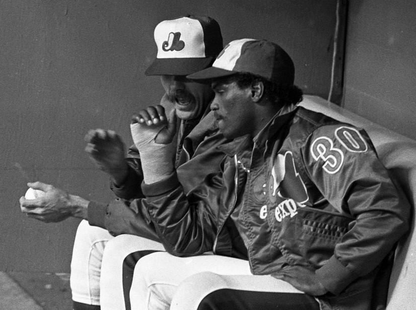 Tim Raines discutant avec le lanceur Steve Rogers dans l'abri des Expos, en 1981. (Photo Denis Courville, archives La Presse)