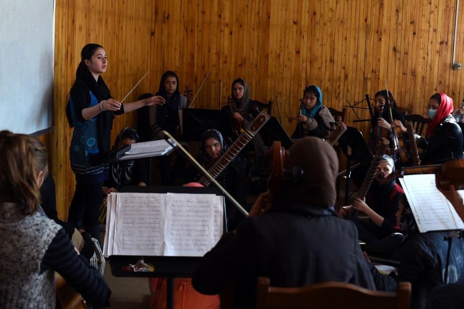 Les 35 filles de l'orchestre Zohra dirigées par... (PHOTO AFP)