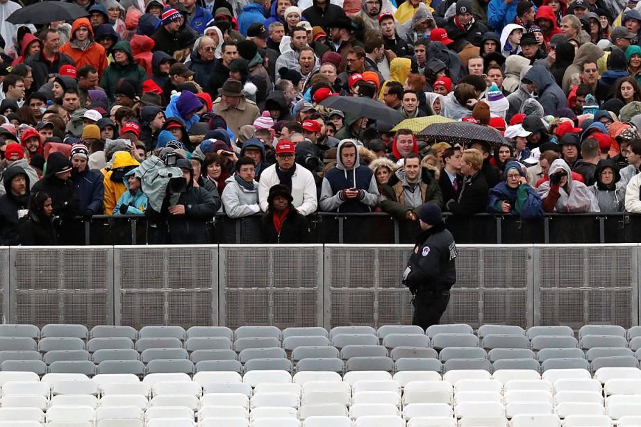 Un policier surveille la foule massée devant le Capitole. (Photo Andrew Harnik, AP)