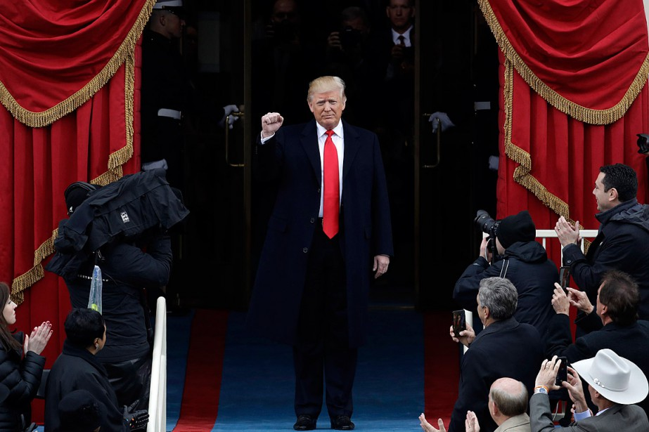 Donald Trump a levé le poing à son entrée sur les marches du Capitole. (Photo Patrick Semansky, AP)