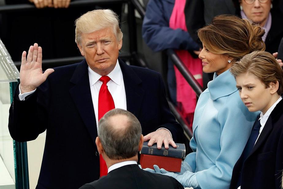 Donald Trump a prêté serment avec son épouse Melania et son fils Barron à ses côtés. (Photo Kevin Lamarque, REUTERS)