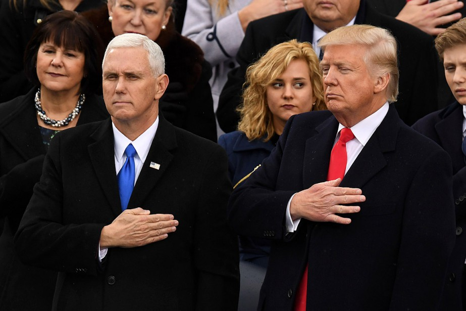 Le nouveau président Trump et son vice-président Mike Pence avaient la main sur le coeur pendant l'interprétation de l'hymne national américain. (Photo Mark RALSTON, AFP)
