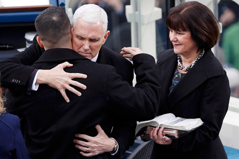 Le vice-président Mike Pence donne une accolade à son fils Michael sous le regard de son épouse. (Photo Brian Snyder, REUTERS)