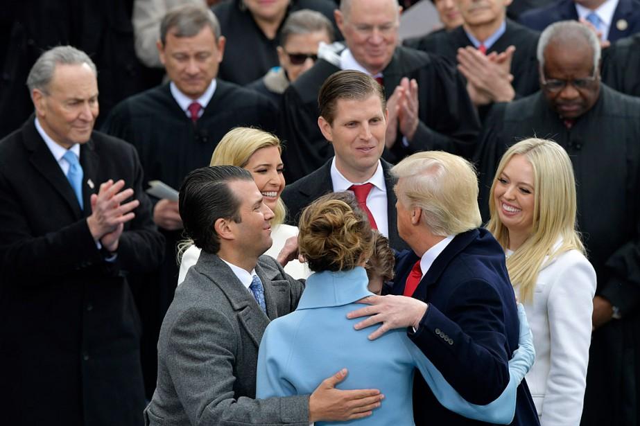Les enfants Trump ont entouré leur père après qu'il soit officiellement devenu le 45<sup>e</sup>président américain. (Photo Susan Walsh, AP)