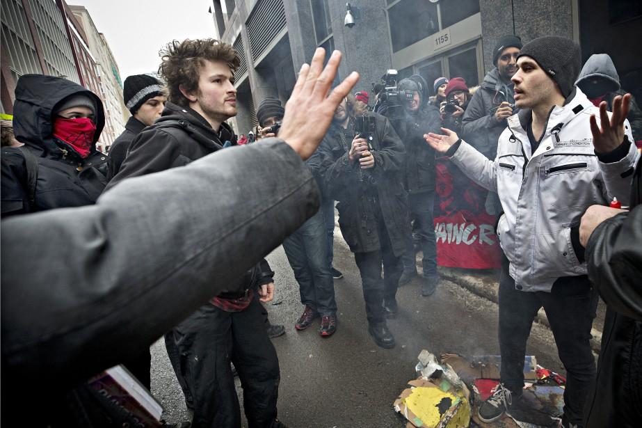 Un contre-manifestant se fait rabrouer devant le consulat americain à Montréal (PHOTO PATRICK SANFAÇON, LA PRESSE)