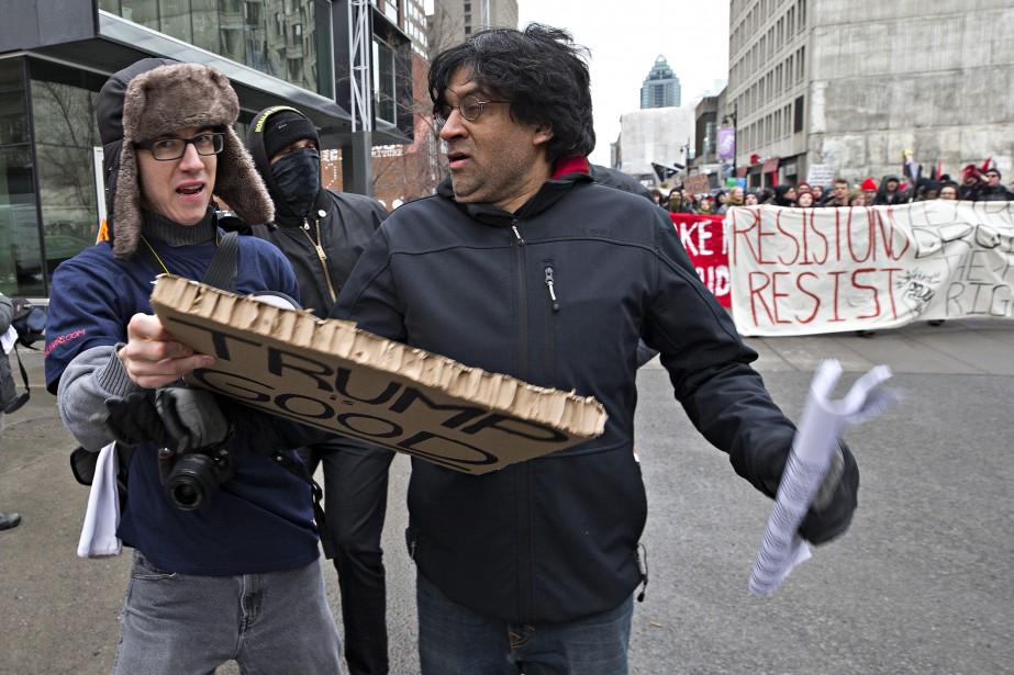 L'activiste Jaggi Singh arrache la pancarte d'un contre-manifestant. (PHOTO PATRICK SANFAÇON, LA PRESSE)