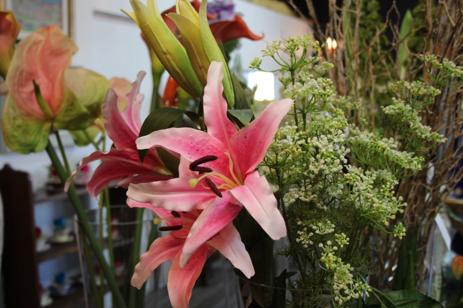 Ressemblant à s'y méprendre à de vraies fleurs, les fleurs de soie sont offertes dans un éventail de variétés. (Mélissa Bradette)