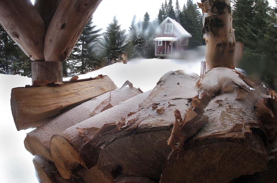 Jean-Marie Villeneuve a pris ce cliché il y a 4 ans, à son camp près du lac Huron. «J'aime bien cette photo, avec les déformations à la fenêtre du chalet et le frimas sur l'écorce. Le petit côté flou dans certaines parties de l'image est créé par des cristaux de neige tombés sur l'objectif. J'ai soufflé pour en enlever, mais en prenant soin d'en laisser un peu.» Données techniques : Nikon D2H. Focale 24mm, ISO 250, ouverture f.11, vitesse 1/60 e seconde | 22 janvier 2017