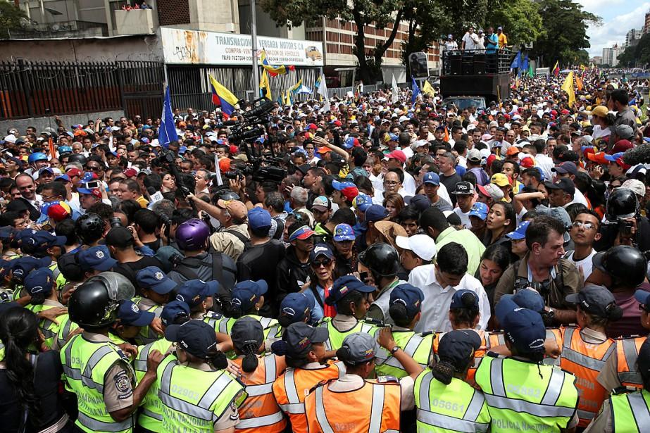 Des opposants au président Nicolas Maduro sont descendus... (Photo Carlos Garcia Rawlins, REUTERS)