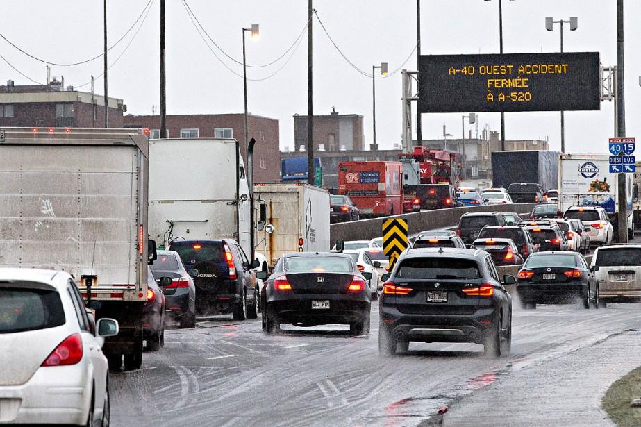 L'autoroute 40 est fermée depuis plus d'une heure, en direction ouest, dans le secteur du boulevard Cavendish, dans l'arrondissement Saint-Laurent, en raison d'un carambolage impliquant 20véhicules, vers 7h. (PATRICK SANFAÇON, LA PRESSE)