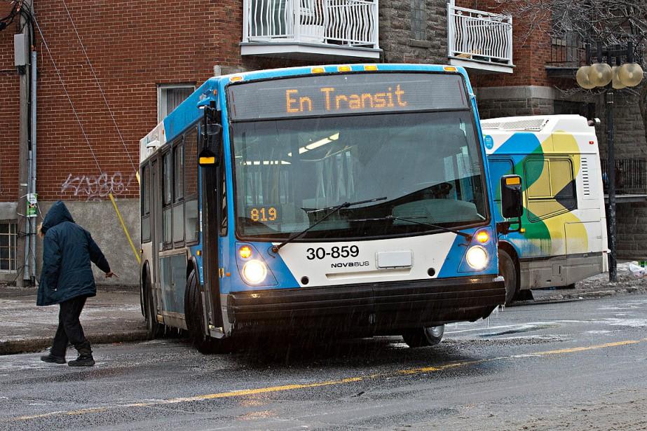 Un autobus articulé de la STM a dérapé sur la rue Jarry dans Villeray. (PATRICK SANFAÇON, LA PRESSE)