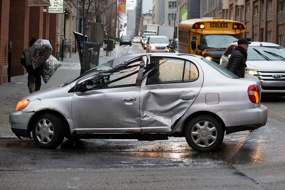 MONTREAL PHOTO FRANCOIS ROY LA PRESSE - 858340 Une voiture a heurte un parcometre pour finir sa course en plein milieu de l'intersection Bleury et de la Gauchetiere. 24-01-2017 858340 (François Roy, La Presse)