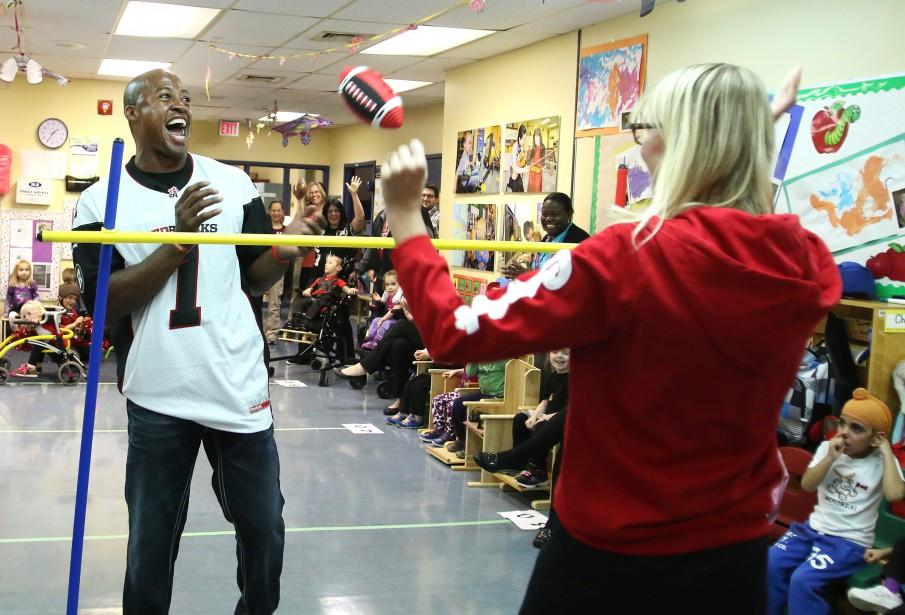 Même quand les temps sont durs sur le terrain pour le Rouge et Noir, Henry Burris conserve son légendaire sourire, surtout lorsqu'il visite le Centre hospitalier pour enfants de l'Est de l'Ontario. | 24 janvier 2017