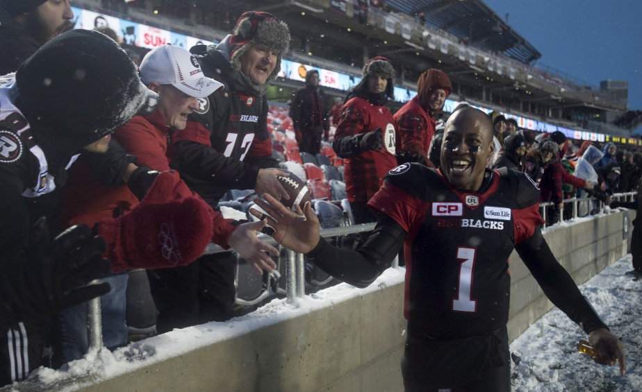Il neigeait, il ventait, mais surtout, ça fêtait fort, le 20 novembre 2016, à la Place TD. Le Rouge et Noir a créé la surprise en battant les Eskimos d'Edmonton afin d'accéder au match de la coupe Grey pour une deuxième année de suite. | 24 janvier 2017