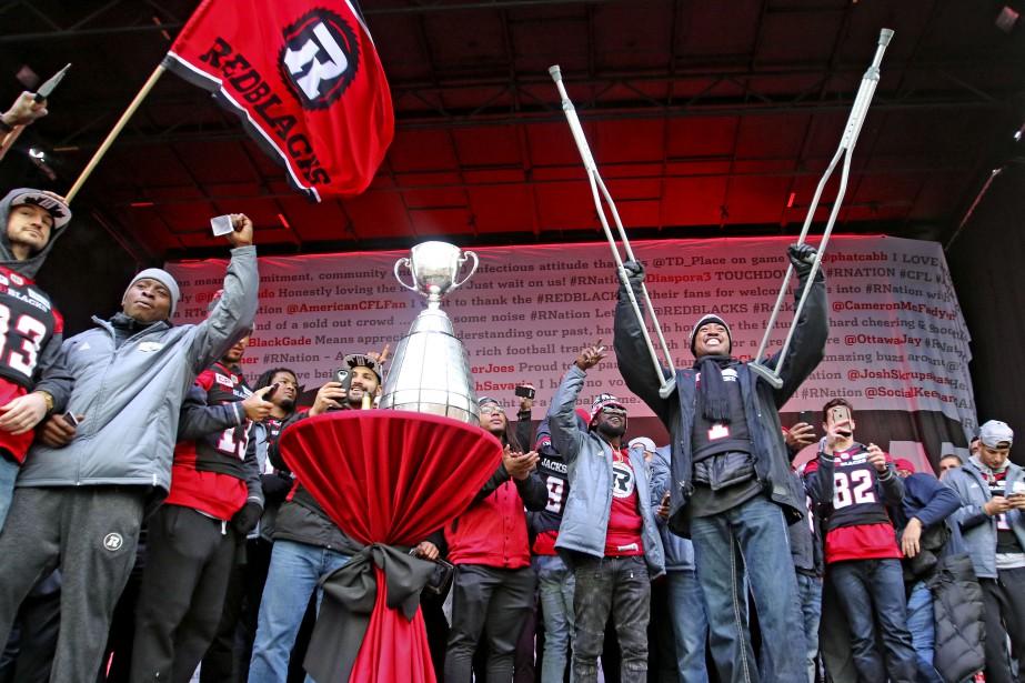 Le 29 novembre 2016, des dizaines de milliers de personnes ont célébré la première conquête de la coupe Grey depuis 1976 par un club de la capitale nationale. Le Rouge et Noir a défilé avec le trophée sur une portion de la rue Bank pour ensuite célébrer avec ses amateurs à la Place TD. Toujours blessé au genou, Henry Burris célèbre en béquilles. | 24 janvier 2017