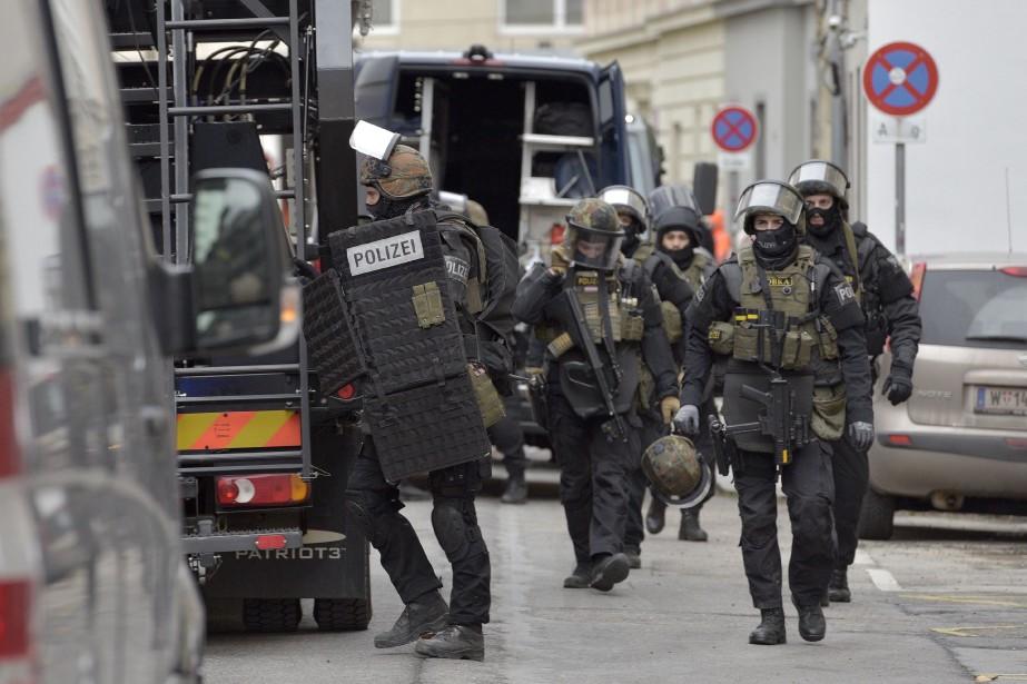 L'opération «prévue de longue date» a mobilisé 800policiers... (PHOTO APA / HANS PUNZ, ARCHIVES AFP)