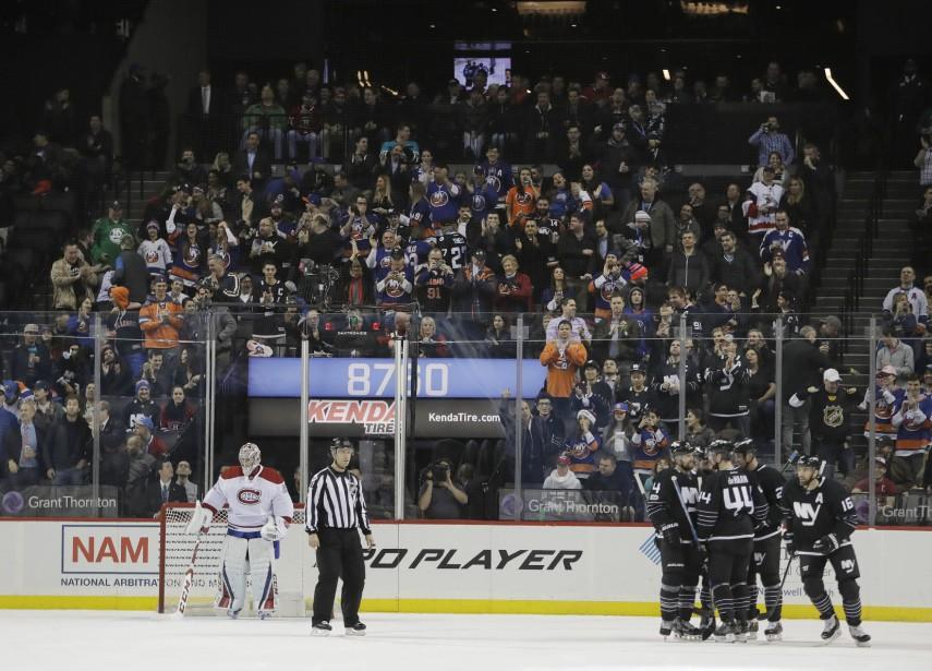 Les Islanders se sont inscrits à la marque en première période. Andrew Ladd, qui vient de déjouer Carey Price, est félicité par ses coéquipiers. (Photo Frank Franklin II, Associated Press)