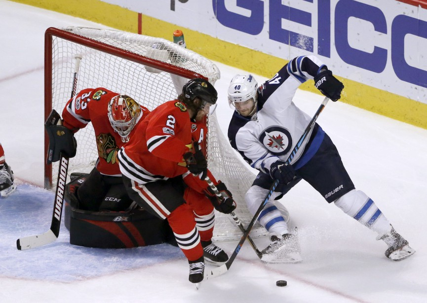 Joel Armia tente de déjouer Scott Darling... (Photo Charles Rex Arbogast, Associated Press)