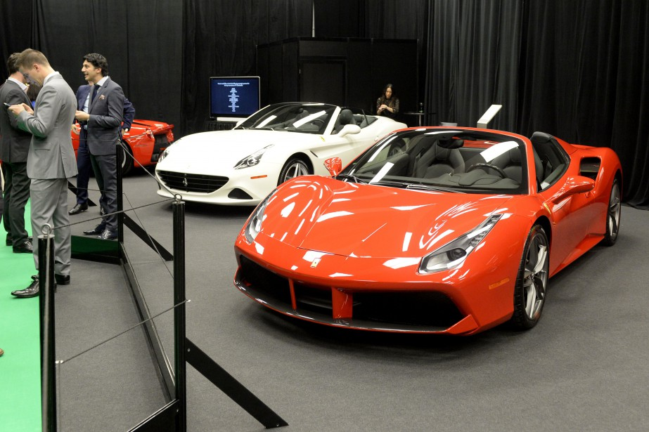 La Ferrari 488 (à droite). (La Presse, Bernard Brault)