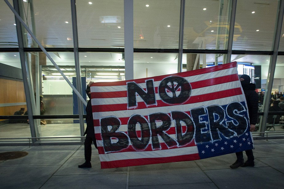 Des manifestants ont protesté contre le décret suspendant... (Photo Bryan R. Smith, AFP)
